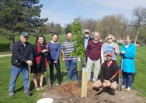 Students, faculty and staff with the Northern Red Oak tree they planted.